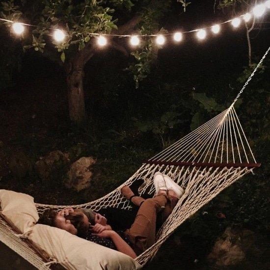 Tijdens klamme zomernachten buiten slapen in een hangmat