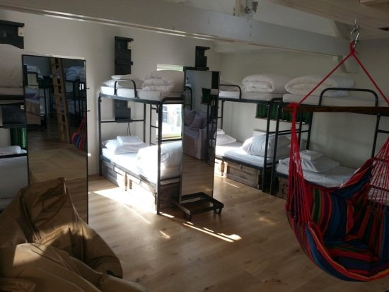 King Kong hostel met hangstoelen in de slaapzaal