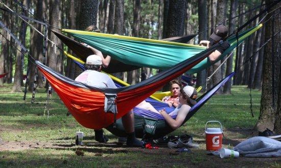 Amerikaanse studenten gaan in hun vrije tijd samen met hun hangmat het bos in